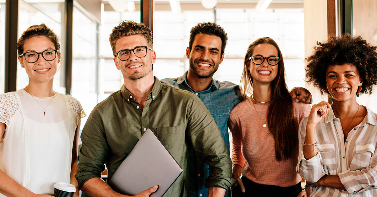 Jovens reunidos mercado de trabalho