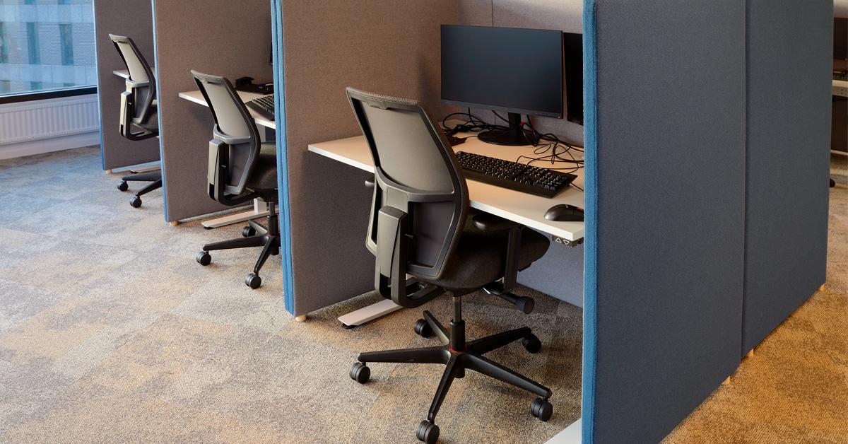 cadeira vazia em estação de trabalho para mostrar absenteísmo