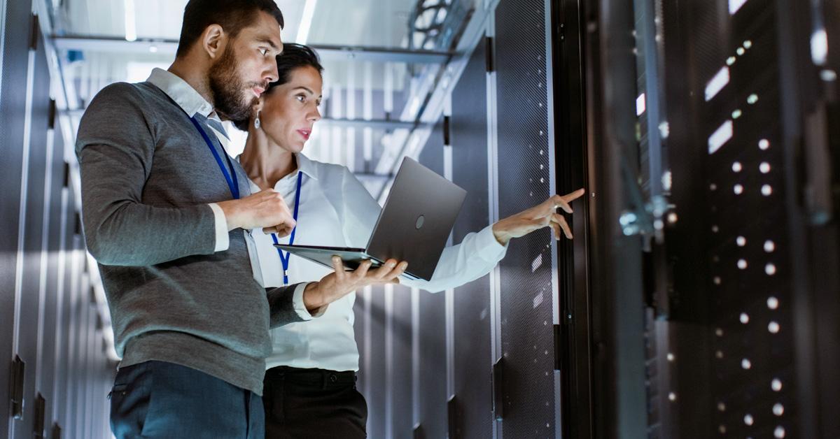 homem e mulher conversando em frente a um computador