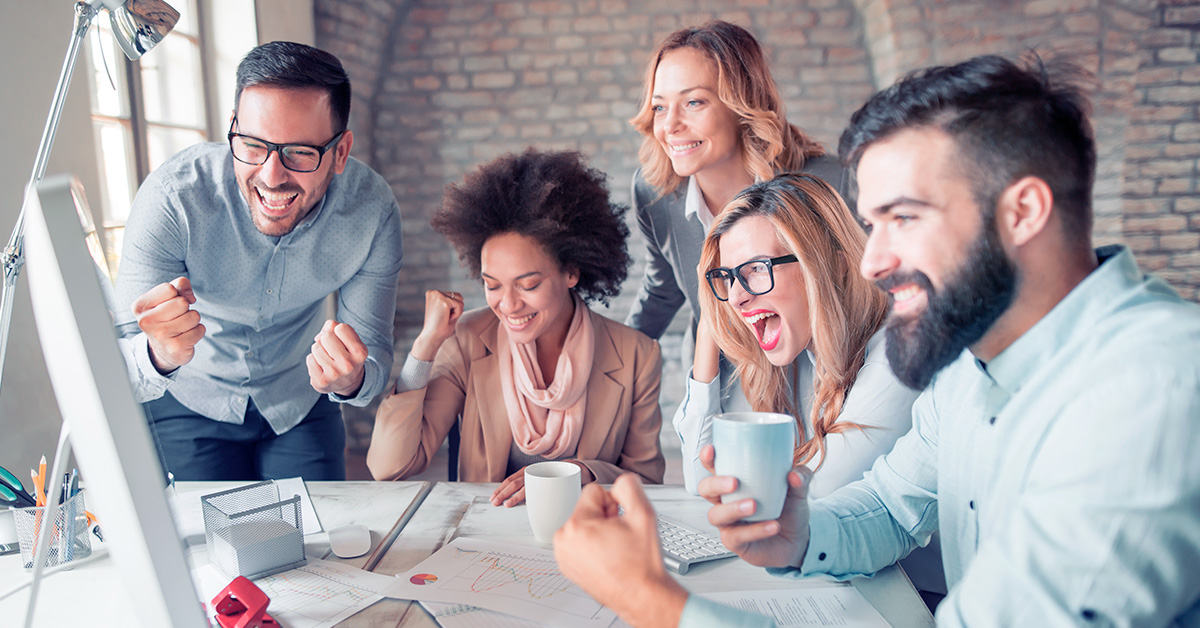 pessoas jovens em um reunião sorrindo