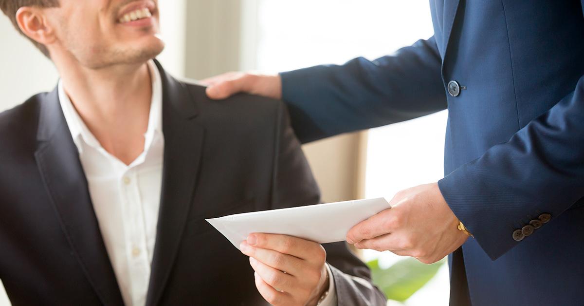funcionário recebendo um adiantamento salarial