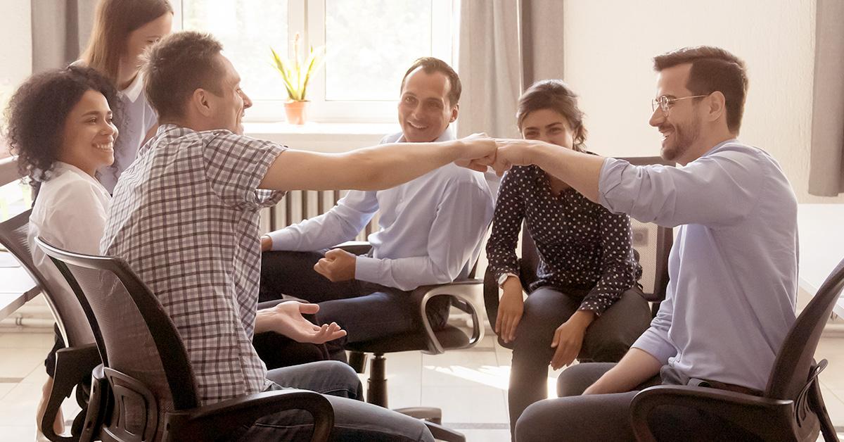 Equipe reunida para debater o marketing de incentivo