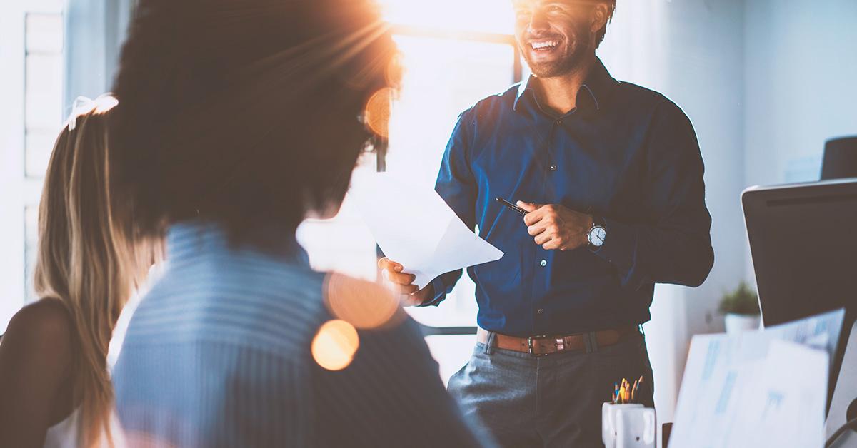 Pessoas conversando com seu líder em uma reunião