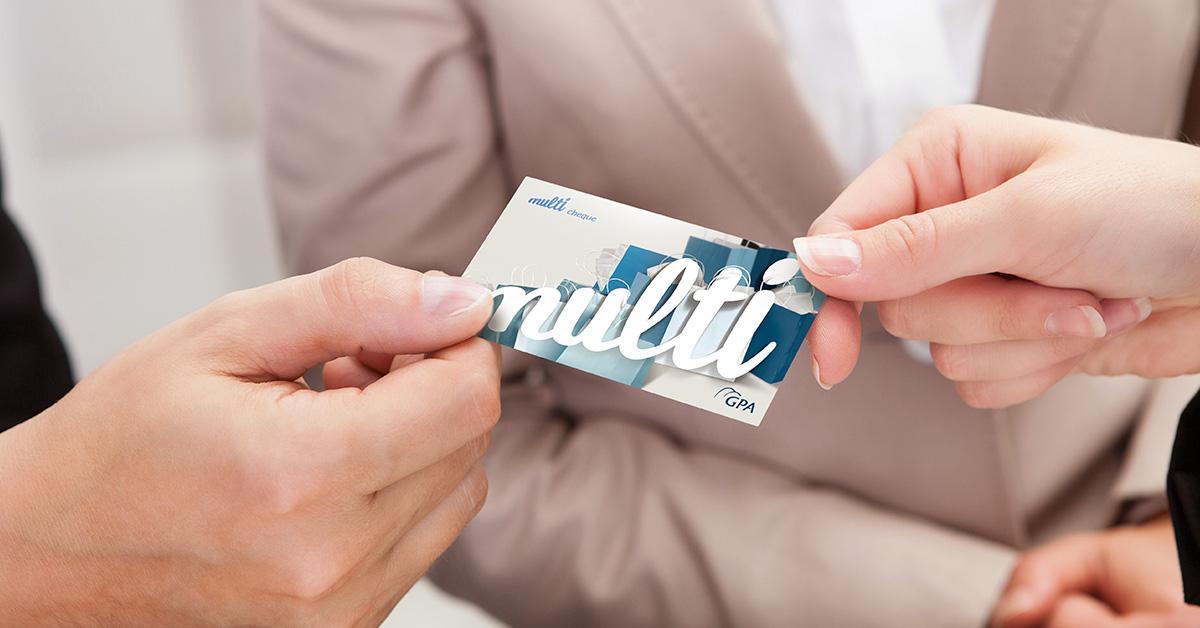Pessoas usando o cartão Multibenefícios