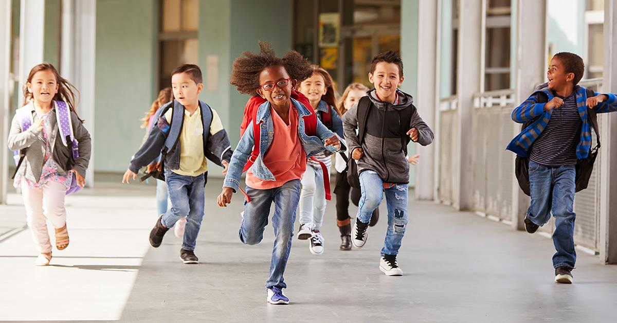 Crianças correndo para a aula na escola