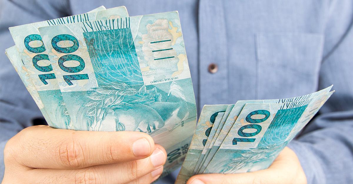 Pessoa contando dinheiro para ir as compras
