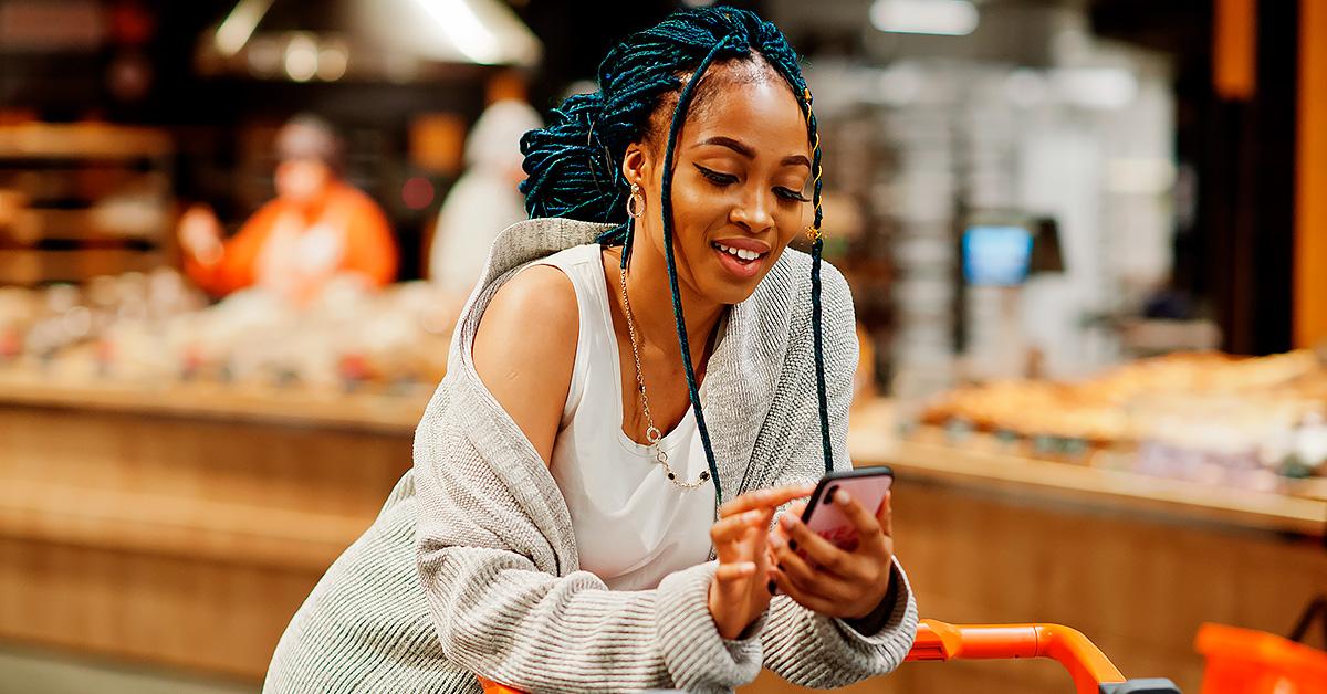 Pessoas utilizando apps para economizar nas compras do mercado