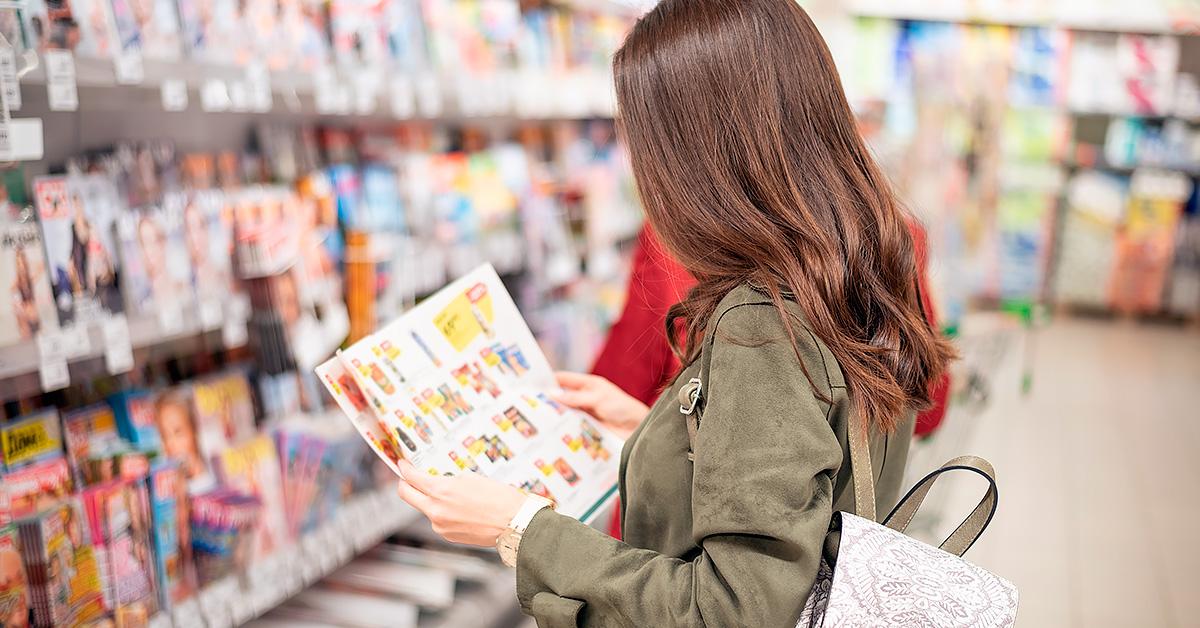 consumidor olhando os preços dos produtos no jornalzinho